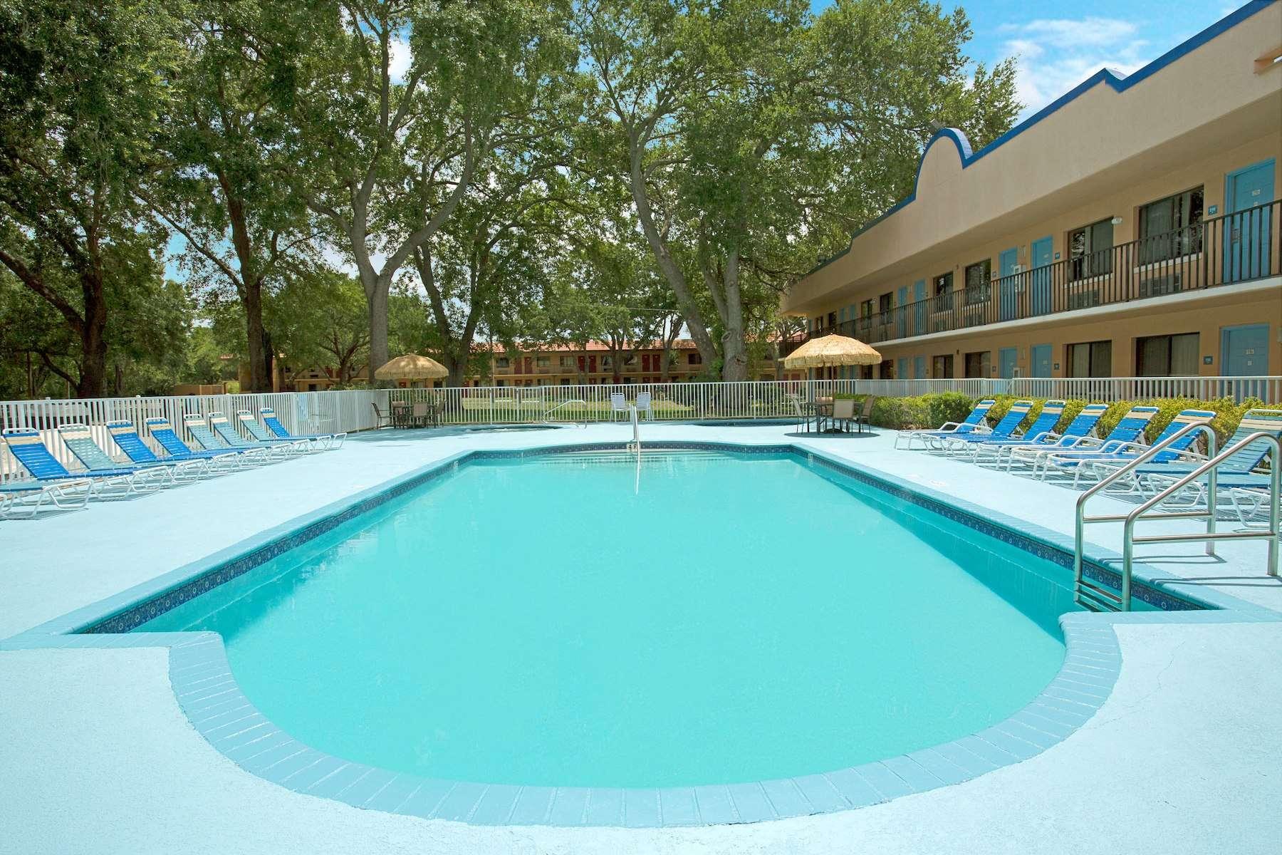 Travelodge Suites by Wyndham Kissimmee Orange pool area